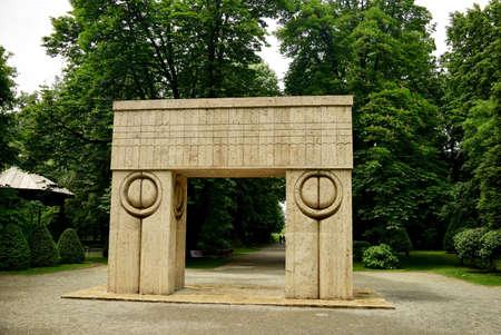 constantin: Kiss Gate artwork Constantin Brancusi in Targu Jiu Romania