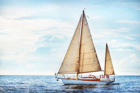 Vintage drewniany jacht z dwoma masztami (jawanie) pływający po otwartym morzu w pogodny dzień