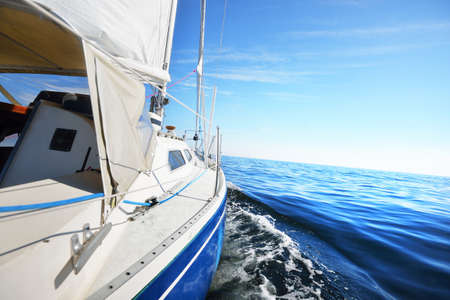 View forward from a sailboat tilted by the wind Banque d'images