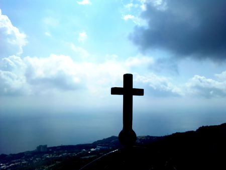 memorial cross: Cruz conmemorativa en una alta montaña en Crimea