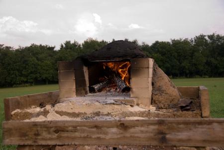 earthen: Fuoco che brucia nel forno di terra di fronte al campo