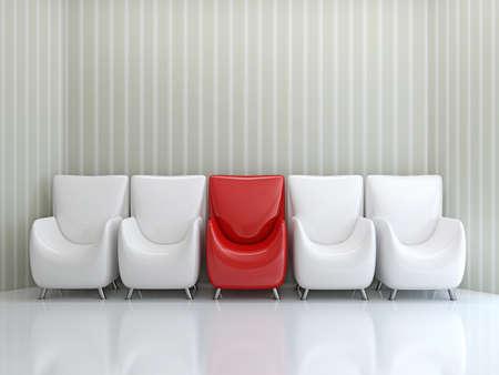 Rij stoelen in de buurt van de muur Stockfoto