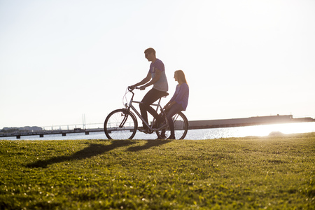 niño parado: Pareja, equitación, bicicleta, herboso, paisaje, mar, claro, cielo