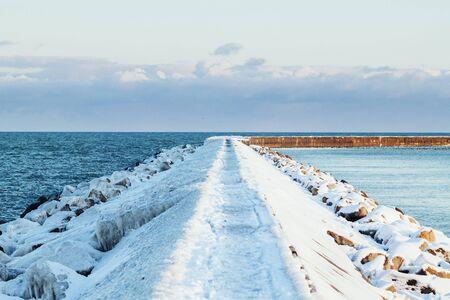 groyne: Frozen groyne over sea LANG_EVOIMAGES