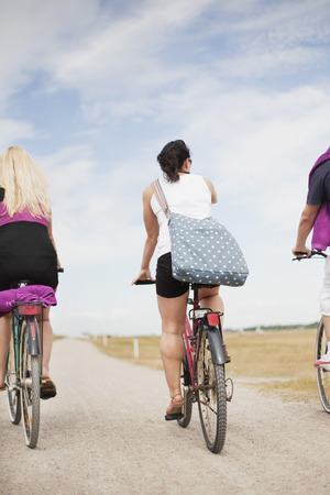30 34 years: Women on bicycles