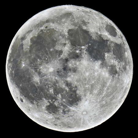 Een gedetailleerd beeld van een volle maan die met een astronomische telescoop