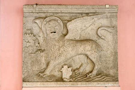 leon con alas: Stone bajo relieve de un león alado veneciano de la ciudad croata de Oprtalj (Portole) en Istria.