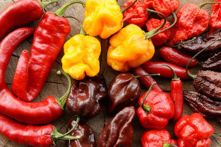 Assorted Mix aus sehr heißen Paprika auf einem hölzernen Hintergrund