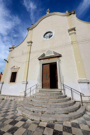 vierge marie: Front of the church of the Annunciation of the Blessed Virgin Mary in Mali Losinj, a popular tourist destination Banque d'images