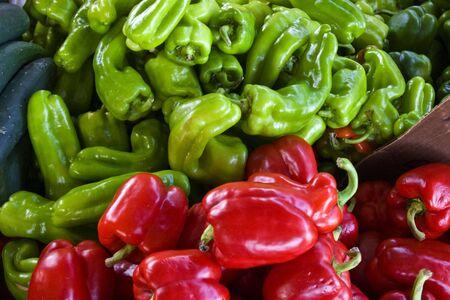 chiles picantes: Bin de rojo y aj� verde a un mercado local de agricultores.