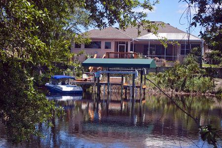 Florida típico hogar en canal completo con docki y barco.  Foto de archivo - 3871650
