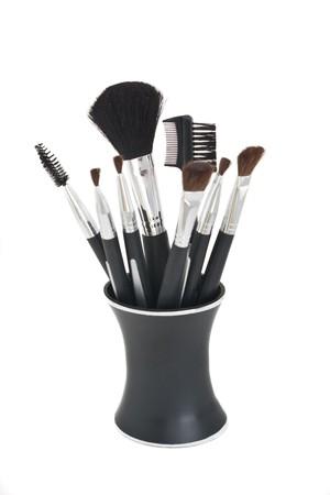 黒のスタンド、白い背景に対してすべての分離で様々 なスタイルの化粧ブラシ。