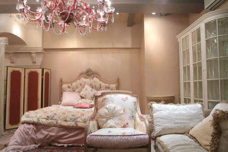 Frammento di interni alla camera da letto di lusso in stile rococ�, costosi mobili