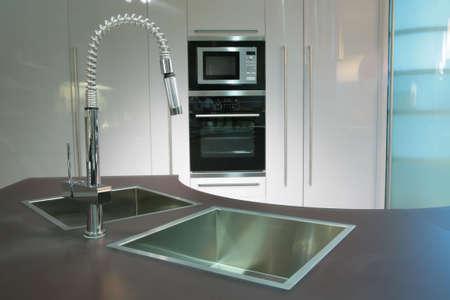 moderna metallico grazioso lavello con rubinetto sul super-cucina moderna  Archivio Fotografico