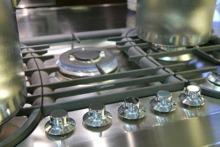 frammento di gas friggitore con pentole in acciaio