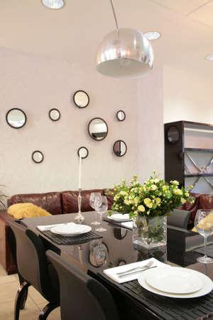 interno della moderna sala da pranzo con tavolo e servita bouquet di rose il t�