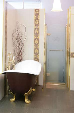 interno del lussuoso bagno con porta di vetro Archivio Fotografico