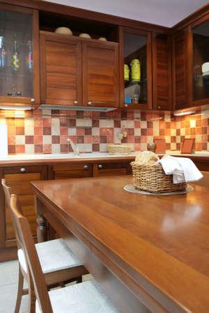 interno della cucina moderna con mobili in mogano