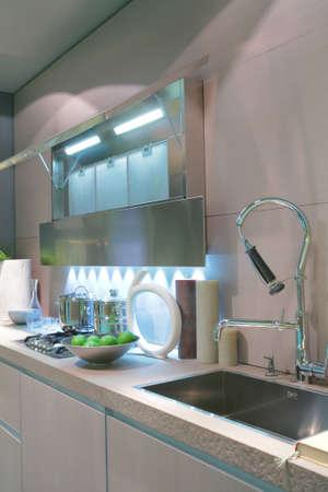 Interni di cucina moderna con mela verde in vaso  Archivio Fotografico