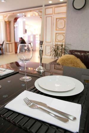 delftware: - camera da pranzo in stile classico bianco con targa e candela