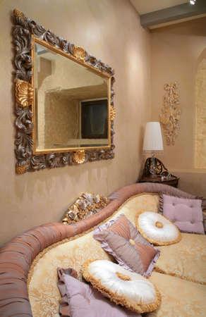 interni lussuosi salotto con divano e cuscino  Archivio Fotografico