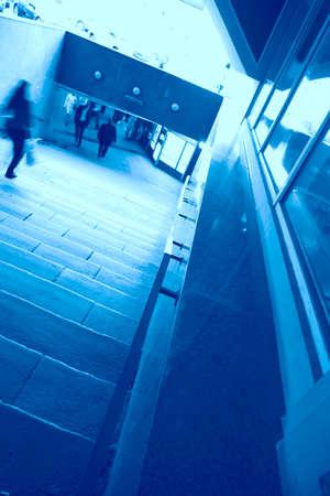 tonalit�: l'abstraction, dans l'escalier souterrain en bleu tonalit�