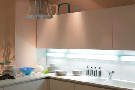 moderna cucina con beige blu tureen e ombra sul muro