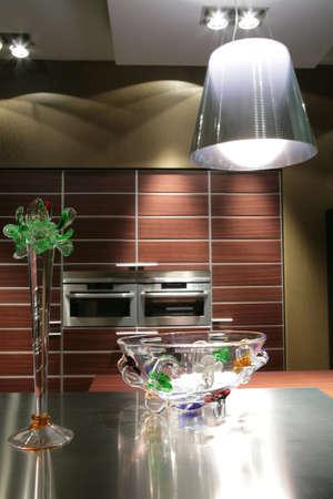 interni di cucina moderna in marrone con tono vaso di vetro e paralume