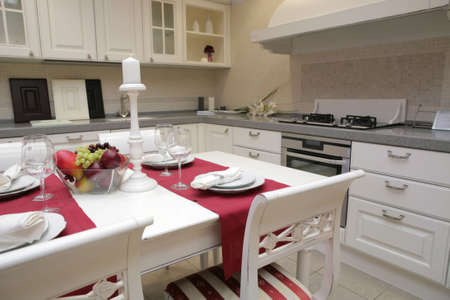 cucina moderna con mobili bianchi in stile classico e servita con tabella  Archivio Fotografico