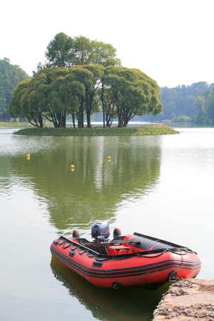 Red Lifeboat am Wasser, Verkehr