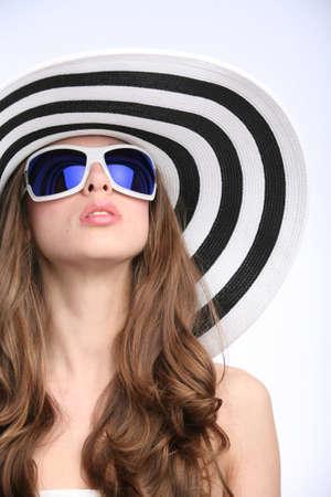 Glamourous ragazza strisce cappello e occhiali da sole Archivio Fotografico