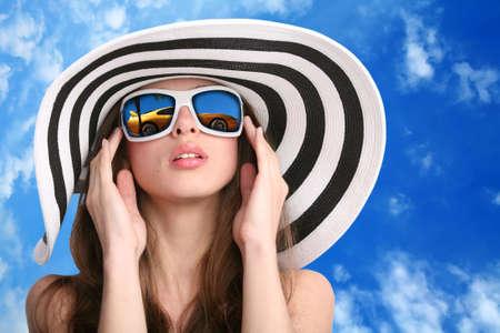 donna bella e lussuosa auto in occhiali da sole