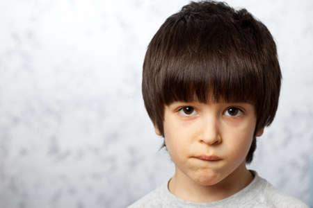 close-up portretten van nadenkende jongen bit zijn li
