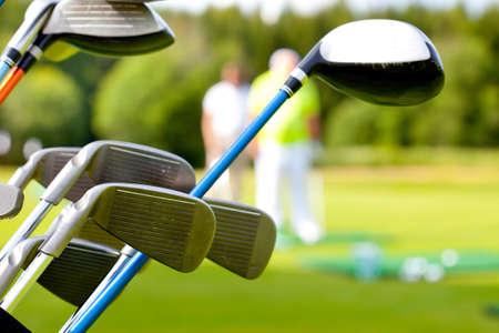 그린 필드의 배경에 대해 골프 클럽