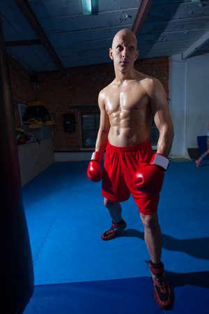 赤いショート パンツとボクシング ホールで手袋の戦闘機 写真素材