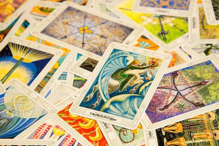 Moscú, Rusia - 4 de diciembre de 2016: tarjeta de Tarot Caballero de Copas con otras tarjetas. Thoth baraja de tarot. Fondo esotérico