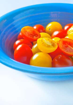 黄色と赤のチェリー トマトと青プレート