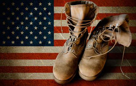 Grunge Amerikaanse leger laarzen op zandige Amerikaanse vlag achtergrond collage