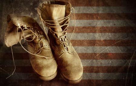 Amerikaanse leger laarzen op de vintage geweven papier vlag achtergrond