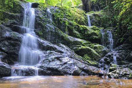 cascades: Waterval in de rivier.
