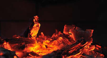 glut: Embers im Kamin. Lizenzfreie Bilder