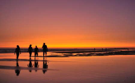 日没でビーチを散歩しました。 写真素材