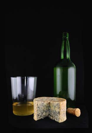 Cabrales formaggio e una bottiglia di sidro. Archivio Fotografico