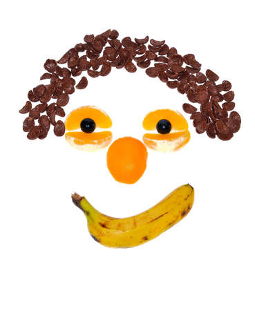 obesidad infantil: Cara hecha con fruta y cereales aislado sobre fondo blanco