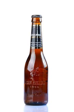 brewer: ASTURIAS, ESPA�A - 05 de enero: Botella de Cruzcampo Gran Reserva en 05 de enero 2015 en Asturias, Espa�a. Cruzcampo es una marca de cerveza Heineken Espa�a, la empresa cuenta con f�bricas en Sevilla, Madrid, Ja�n y Valencia.