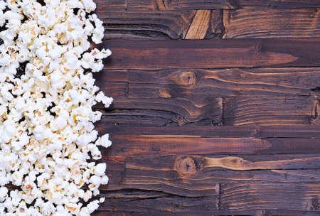 palomitas de maiz: Reci�n hechos palomitas de ma�z en una mesa de madera