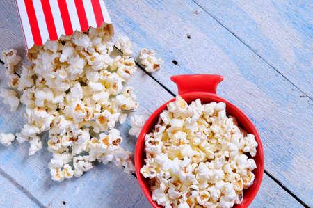 popcorn: Reci�n hechos palomitas de ma�z en una mesa de madera