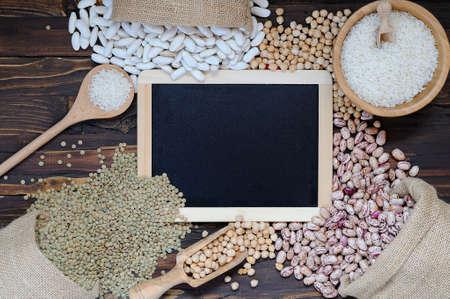 leguminosas: Legumbres en mesa de madera en la cocina Foto de archivo