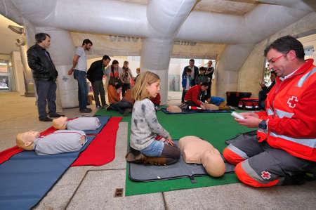 cruz roja: POLA DE SIERO ESPA�A 02 de mayo: La Cruz Roja de salud ense�ar a un ni�o como reanimaci�n cardiopulmonar en 02 de abril 2015 en Pola de Siero Espa�a