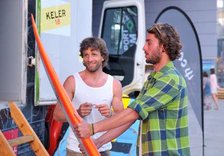 granola: GIJON, ESPA�A - 27 de junio: Asier Muniain, experiment� gran surfista ola firmando aut�grafos en 27 de junio 2015 en Gij�n, Espa�a en el Festival de Metropoli Editorial